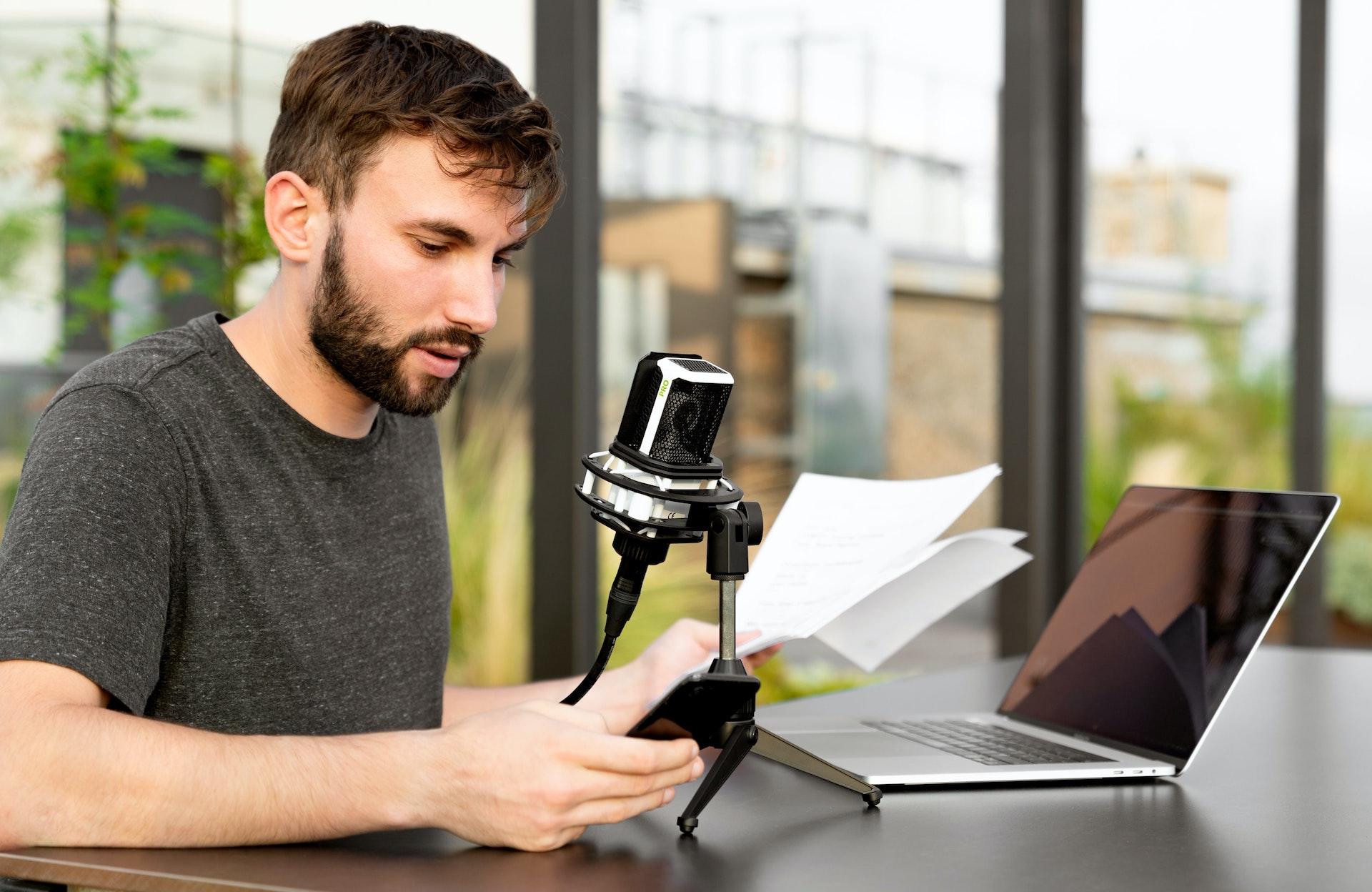 Muchos periodistas están aprovechando su conocimiento, experiencia y notoriedad para crear un producto de audio o una newsletter con la que aumentar el engagement con su audiencia para hacer crecer su marca personal.