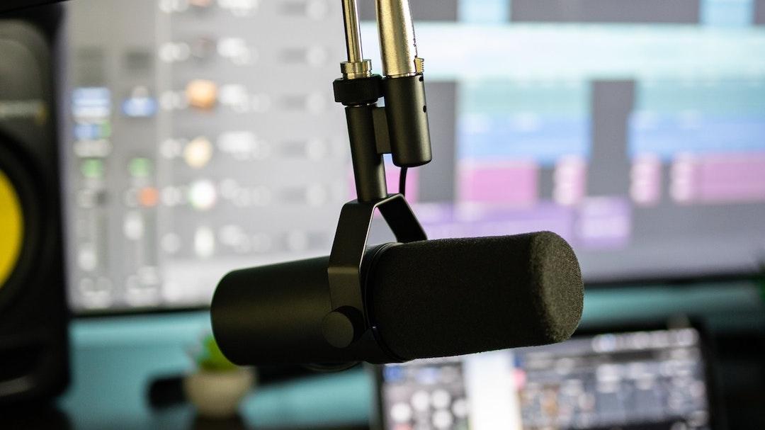 El podcast diario informativo es un formato que permite contar de forma breve las principales noticias del día. También es posible seleccionar un tema de relevancia y analizarlo en profundidad con la ayuda de analistas y expertos para ponerlo en contexto y entenderlo realmente. Una buena opción para informar y explicar a tu audiencia los temas que más les preocupan o interesan.