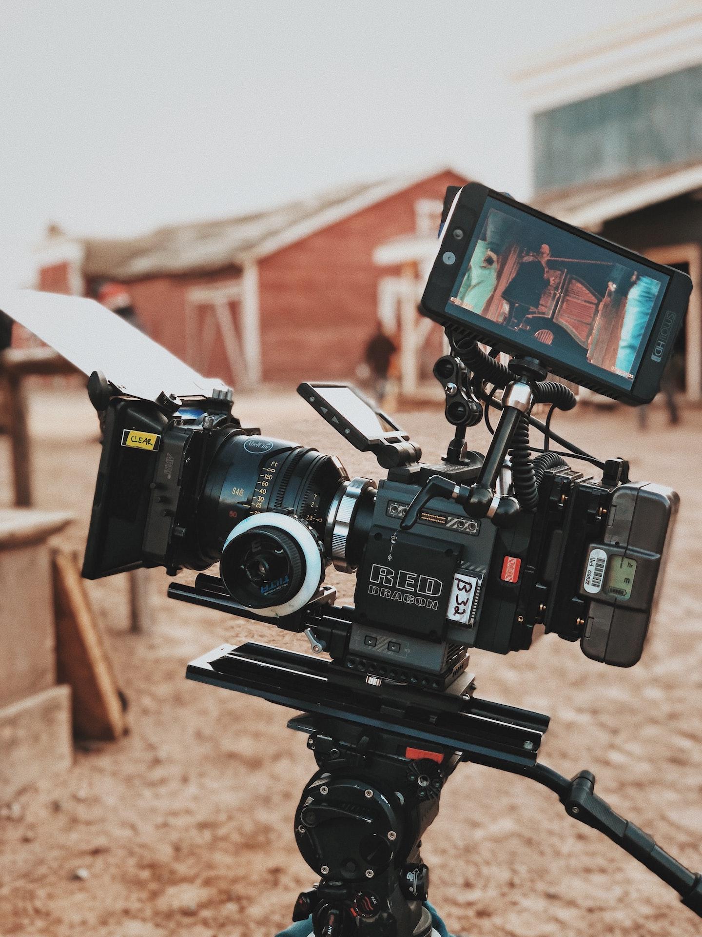 Si eres directivo de una productora de cine y tv o de una plataforma de vídeo podemos coproducir podcasts transmedia para tus producciones. Se pueden producir podcasts de ficción con spin-off de la propia serie o película, de una trama en concreto o de uno o varios personajes enmarcados en el universo de la producción original. También es posible producir en paralelo podcasts documentales o reportajes de ficción o de no ficción si la producción se basa en un hecho real. Uno de los formatos más utilizados para hacer podcasts asociados a producciones de cine y tv es en el que se cuentan y analizan las tramas de la película o de cada episodio o se entrevistan a los miembros del equipo, construyendo un making of sonoro de la producción.